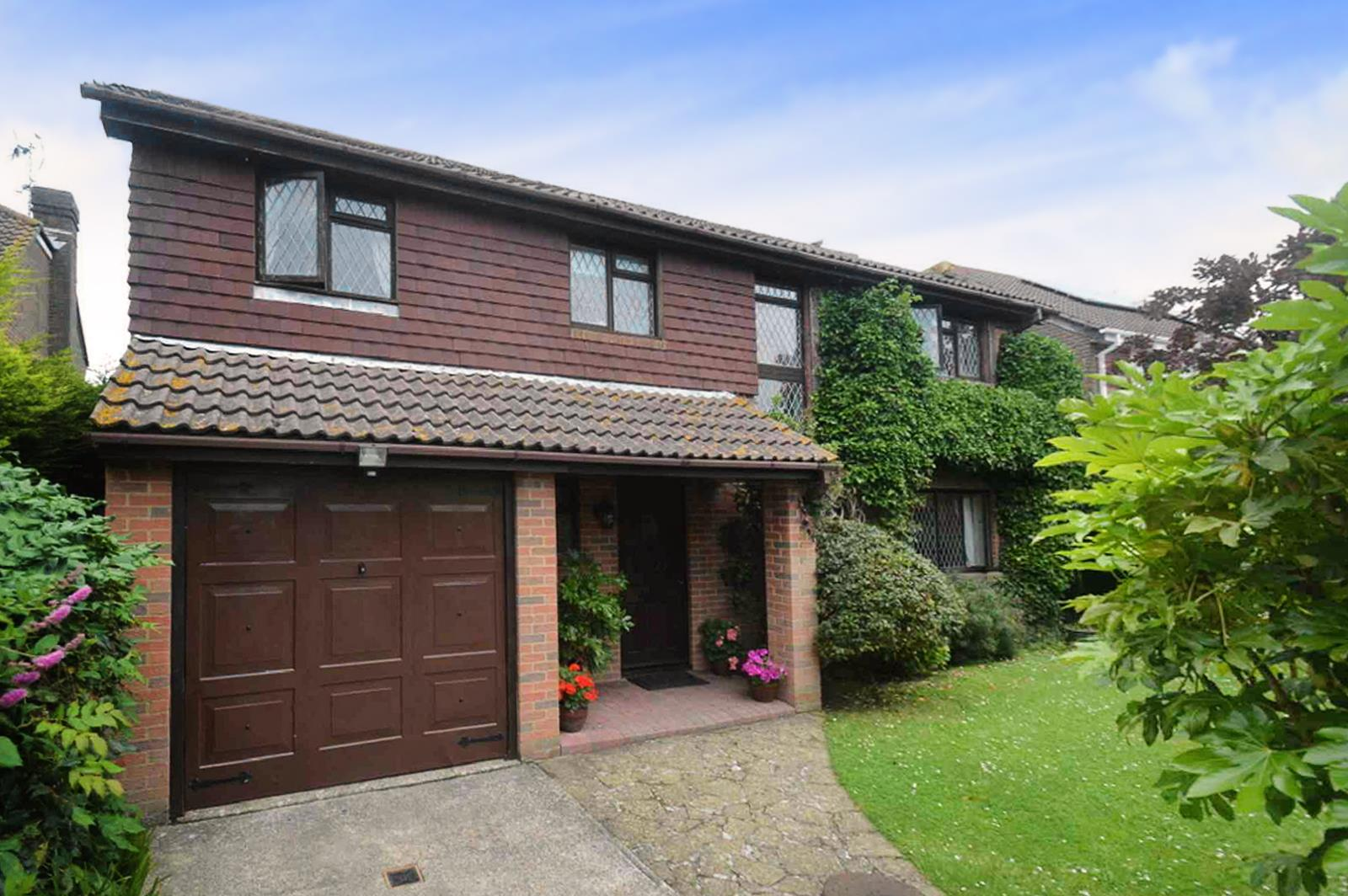 4 Bedrooms Detached House for sale in St. Davids Close, EASTBOURNE